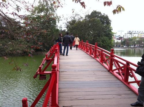 ホアンキエム湖のフク橋