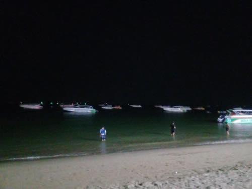 夜のパタヤビーチ