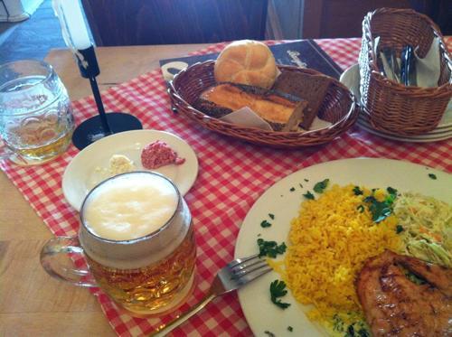 肉料理とビールとパン