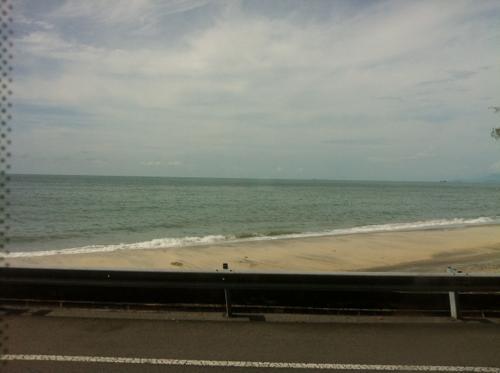 バスの車窓から見るフェリンギビーチ