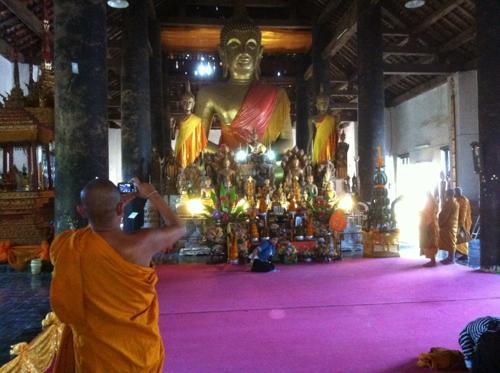 僧侶と仏像