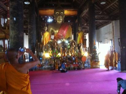 僧侶と大仏