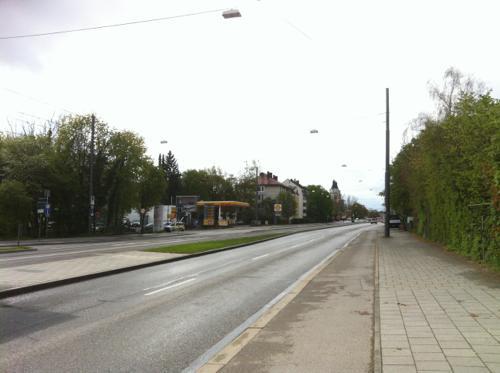 人通りの少ない道を気楽に歩ける街か?