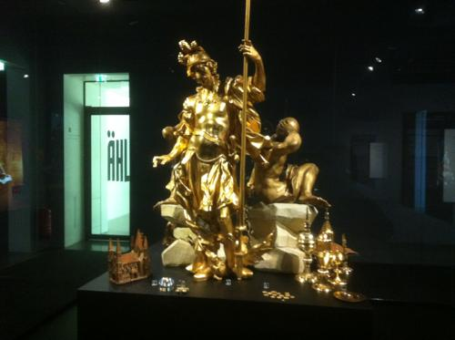 金色の彫刻