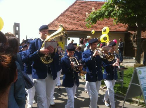 演奏する鼓笛隊