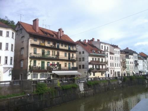 リュブリャニツァ川沿いの住宅