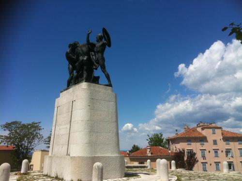 丘の上の銅像