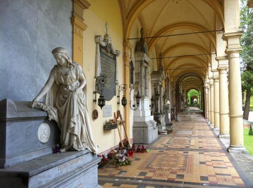 ミロゴイ墓地の内部