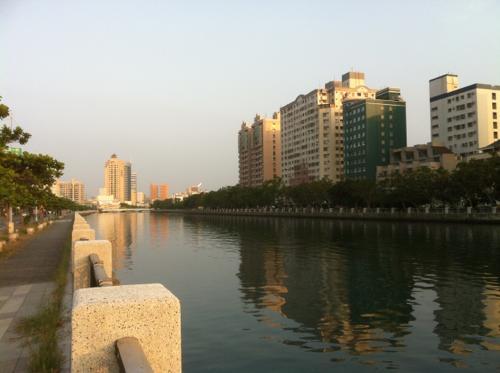 川とビルと夕日