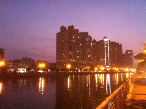 台湾の夕暮れの川沿い