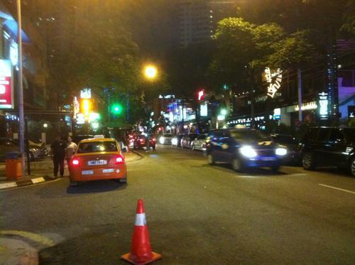 夜のクアラルンプールのタクシー