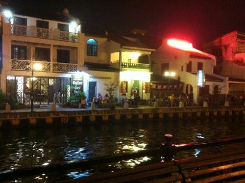 夜のマラッカ川とレストラン
