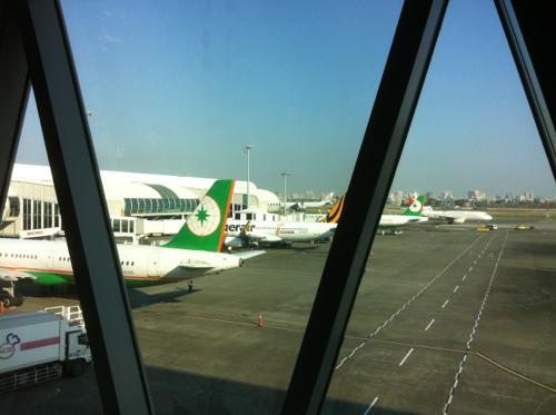 空港から飛行機を臨む