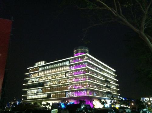 ライトアップされた高雄市立図書館新総館