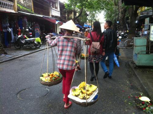 果物を売る人