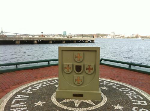 記念碑と海