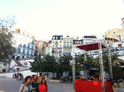 リスボンを歩くポルトガル人一家