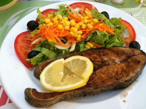 鮭料理とサラダ