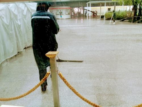 雨の中仕事をする人