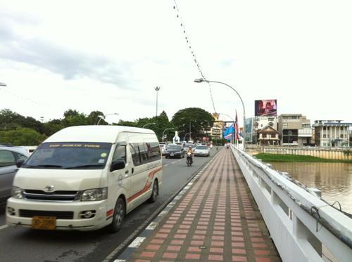 タイの道を走る白いバン