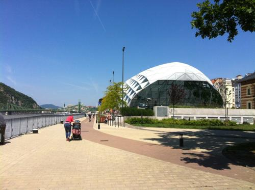 ブダペストのドナウ川沿いの歩道