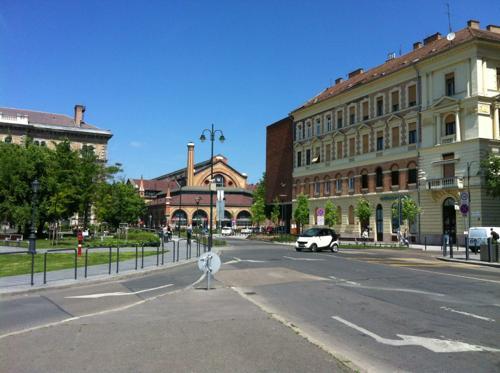 ブダペスト、Klinikak駅前の広場