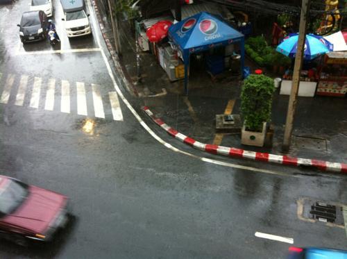 雨の日のエカマイ